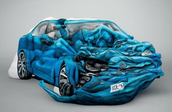 Pessoas com pintura corporal se transformam em escultura incrível de carro batido