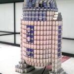 Exposição tem R2-D2 gigante feito com latas de alimentos empilhadas