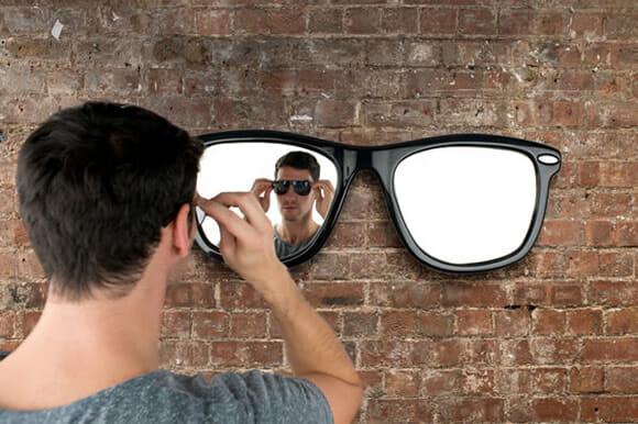 Espelho em forma de óculos de sol deixa a decoração de qualquer lugar mais legal