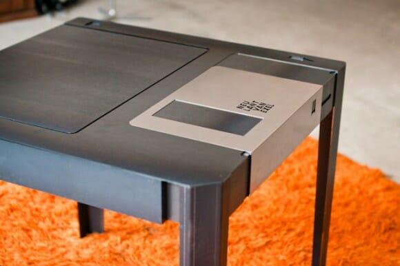 Mesa de centro imita os antigos disquetes
