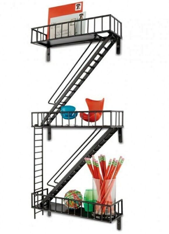 Prateleira criativa em forma de Escada de Emergência deixa seu quarto ainda mais legal!