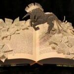 Artista cria esculturas em livros baseadas nas histórias contidas neles