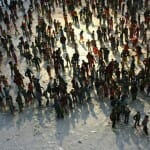 Artista cria mapa-múndi incrível formado por 6 mil miniaturas humanas