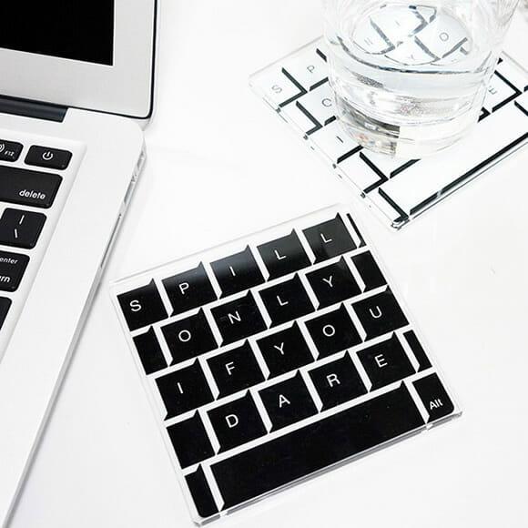 Porta-copos com estampas de teclado são feitos para os que não saem da frente do PC por nada
