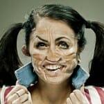 Imagens bizarras de pessoas com os rostos deformados por fita adesiva
