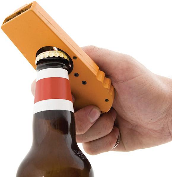 Abridor de garrafas com sistema de lançador de tampas - Tire a tampa e atire nos amigos!
