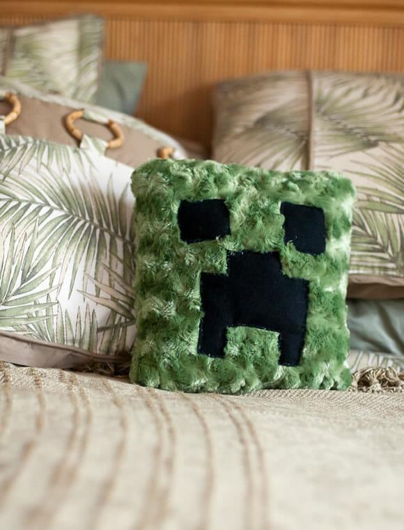 Almofada do Creeper de Minecraft decora e não explode o seu sofá