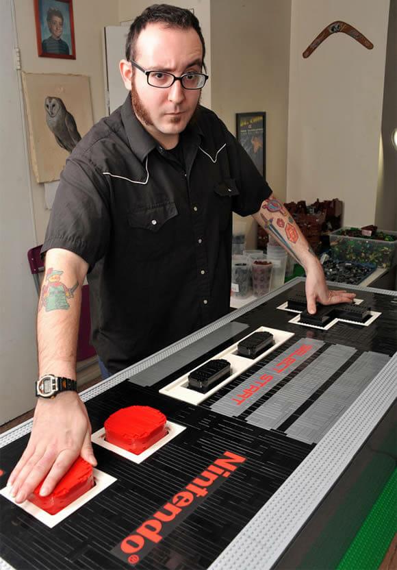 Escultor constrói réplica gigante do controle do NES usando peças de LEGO. E funciona! (vídeo)