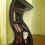 """Estante de livros """"derretida"""" inspirada nos relógios fundidos de Salvador Dali"""