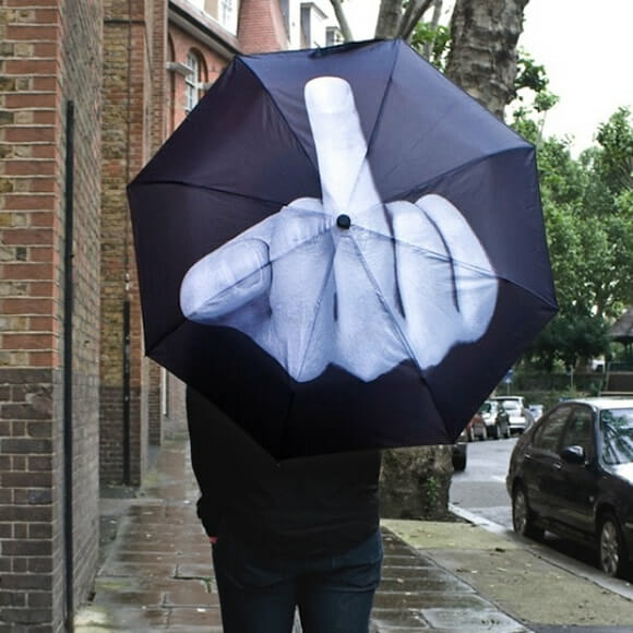Guarda-chuva malcriado mostra o dedo do meio pra quem estiver atrás dele