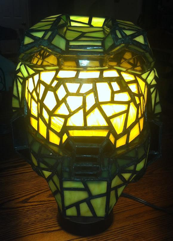 Luminária em forma do capacete de Master Chief do game Halo