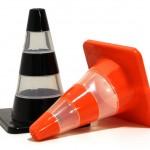 Saleiro e pimenteiro em forma de cones de trânsito deixam a decoração mais divertida