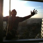 Hospital Infantil dos EUA contrata Spider-Man para limpar as janelas e espalhar sorrisos em seu edifício
