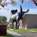 Bad Dog - Uma escultura de um cão gigante fazendo xixi na parede do museu