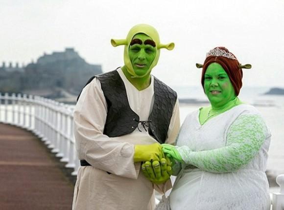 Casal se transforma em Shrek e Fiona para a cerimônia de seu casamento