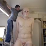 Artista cria esculturas de humanos gigantes incrivelmente realistas