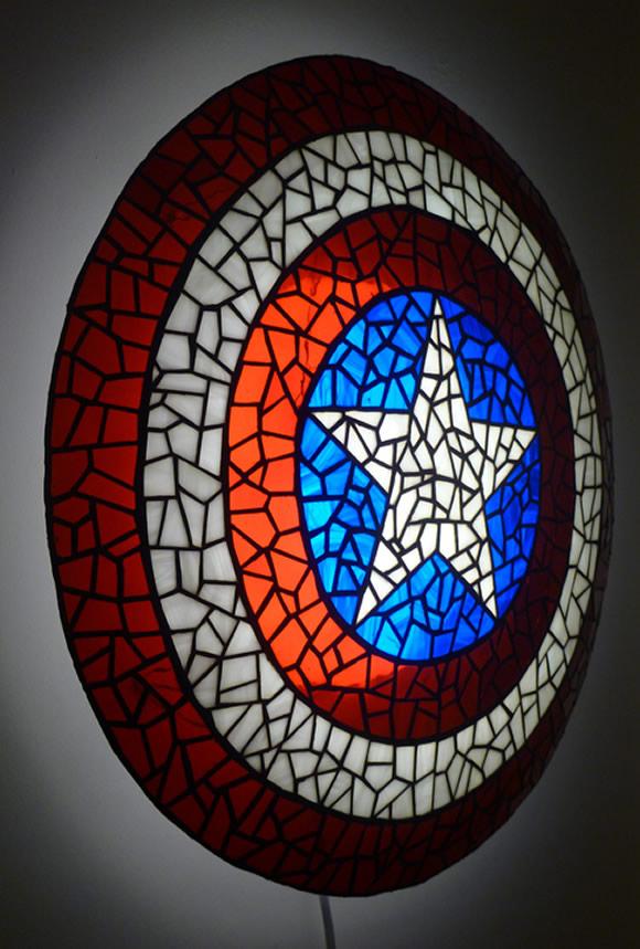 Luminária mosaico em forma do Escudo do Capitão América para se proteger do escuro