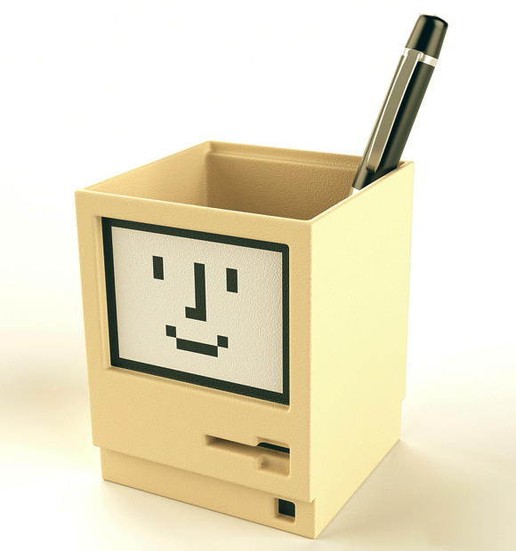 Porta-canetas em forma de Macintosh pra decorar a mesa de trabalho dos geeks