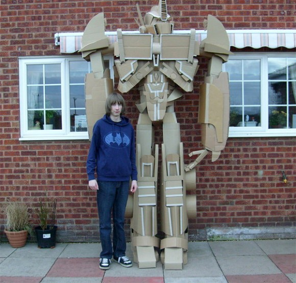 Estudante cria réplica impressionante do Optimus Prime de 3 metros de altura feita com papelão