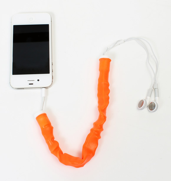 """Empresa inventa acessório milagroso que acaba com o """"bololô"""" dos fios dos fones de ouvido (vídeo)"""
