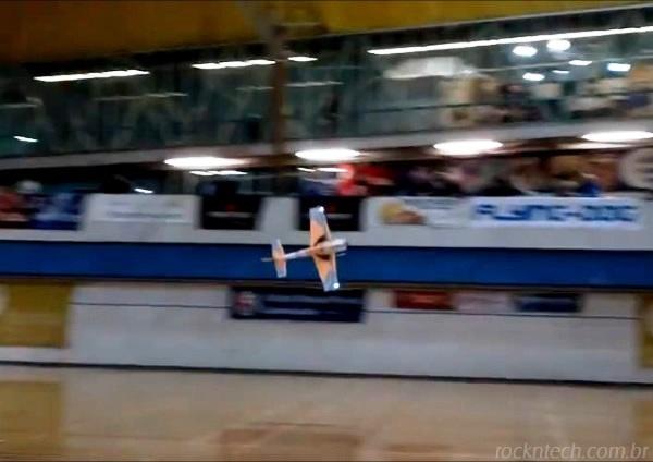 aviao-controle-remoto-dancando
