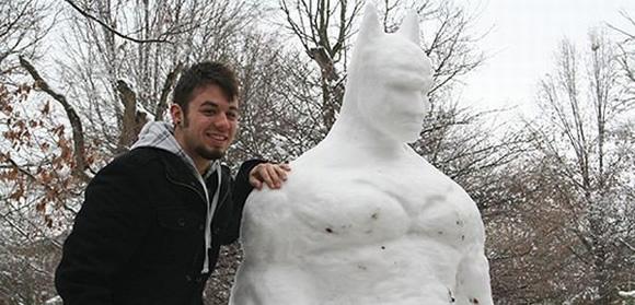 O Cavaleiro das Trevas Derrete - Estudante cria escultura do Batman de neve com 1,80 m de altura