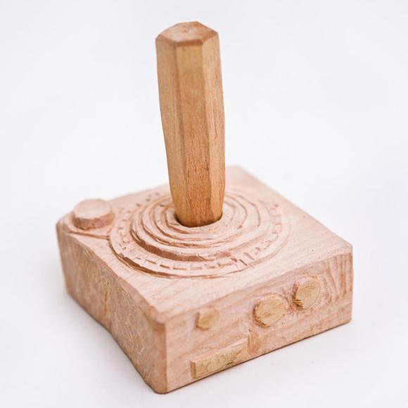 Esculturas de controles de videogame feitas de madeira