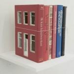 Artista esculpe livros e os transforma em miniaturas de edifícios