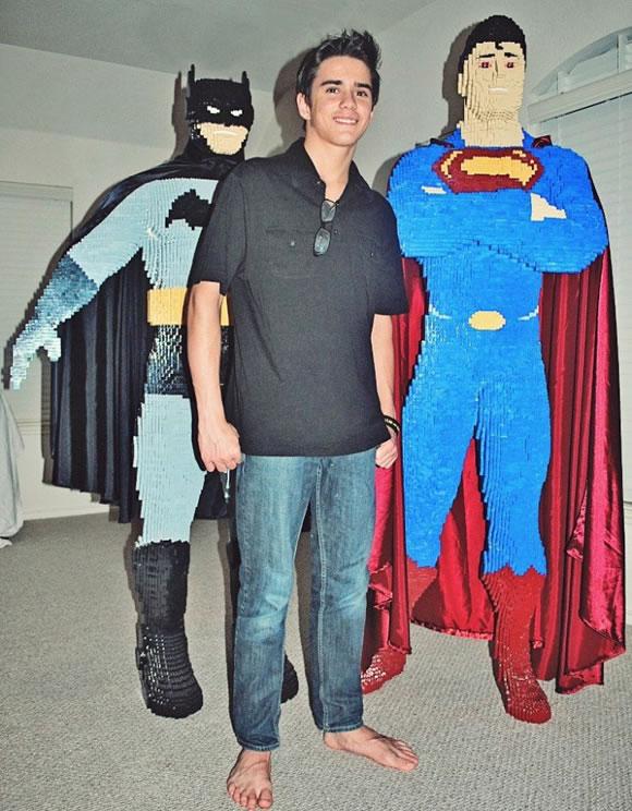 Adolescente constrói estátua do Super-Homem de Lego de cerca de 2 metros de altura