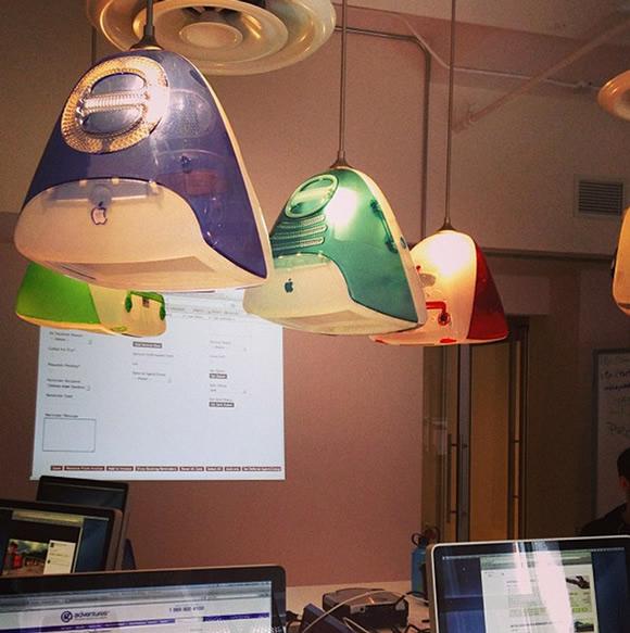 iMacs se transformam em luminárias de teto coloridas em escritório canadense