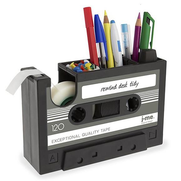 Isso é legal do dia: Porta-canetas com suporte para fita adesiva em forma de Fita Cassete
