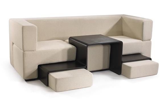 Sofá com mesinha e puffs embutidos pode ser a solução para espaços pequenos