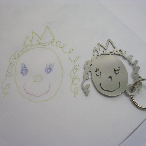 Isso é legal do dia: Desenhos de crianças se transformam em chaveiros e bijuterias