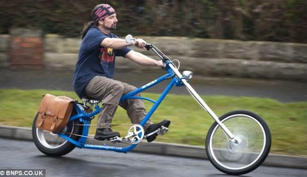 Homem gasta cerca de R$ 3 mil em bicicleta para transformá-la em uma moto Chopper elétrica