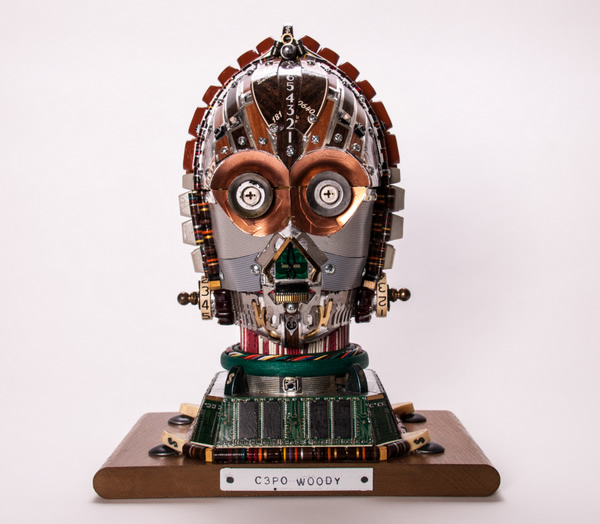 Escultura do C-3PO da série Star Wars feita com partes de computadores e componentes eletrônicos reciclados