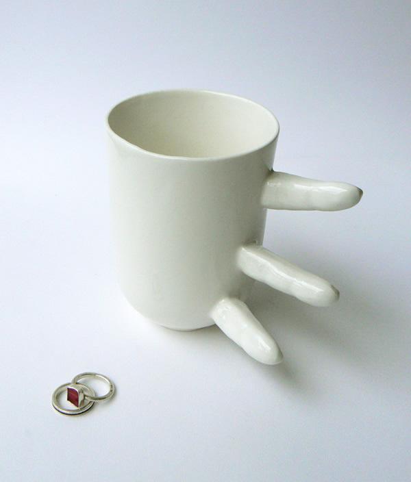 Você pega ela ou ela te pega? Caneca de café bizarra tem alça em forma de dedos humanos
