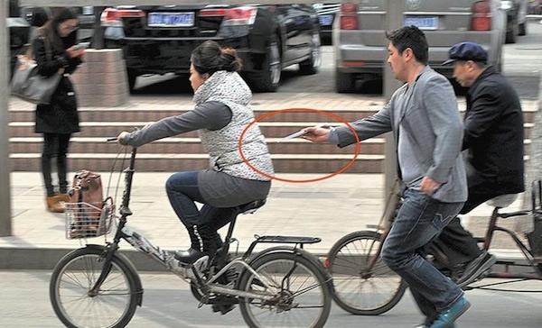 Batedor de carteiras fica famoso na China por roubar iPhones usando Hashis japoneses