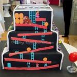 Encontrei meu bolo de aniversário: 3 andares de games clássicos com chantilly!