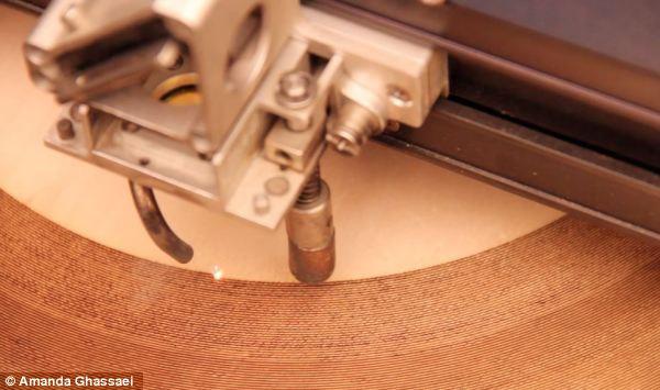 Saudades do Vinil? Engenheira desenvolve método para construir discos 'tocáveis' de madeira com laser