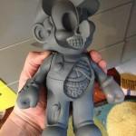 Mario Peep Holes - Escultura apresenta um Super Mario cheio de buracos com ossos e órgãos expostos