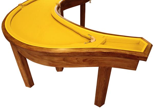Mesa de sinuca tem formato inusitado de banana