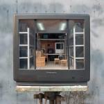 Artista constrói cenas detalhadas em miniatura dentro de aparelhos de TV antigos