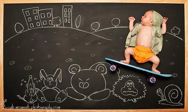 Fotógrafa tira fotos de bebês usando como cenário uma lousa com desenhos criativos
