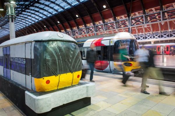 Bolo gigante réplica de trem chama a atenção em estação de Londres
