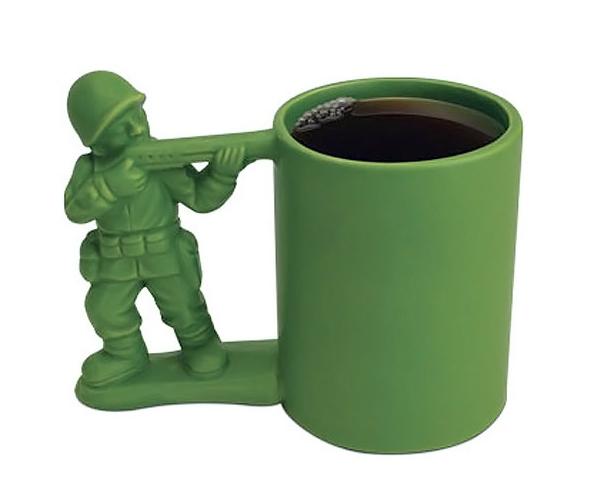Mantenha suas bebidas em segurança com a caneca do soldadinho de plástico verde!