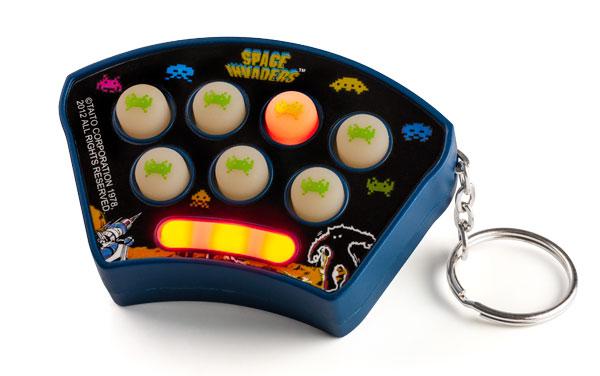 Pew pew pew! Chaveiro Space Invaders com efeitos sonoros é um item obrigatório para geeks!