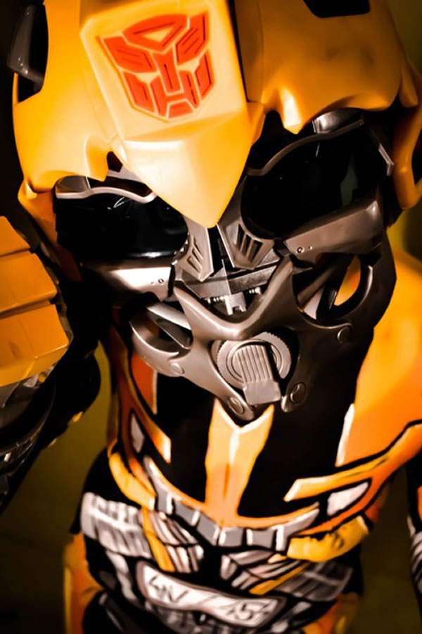 Cosplay feminino sensacional do Bumblebee feito com pintura corporal