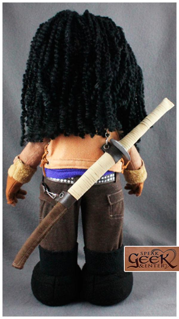 Pelúcia da Michonne e seu zumbi de estimação