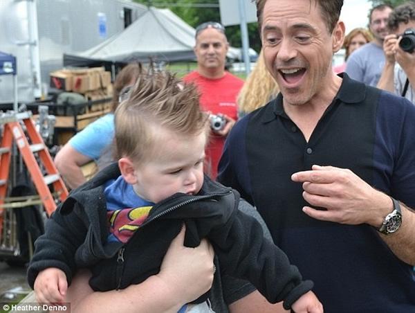 Decepção do dia: Robert Downey Jr. faz menino de um ano e meio chorar