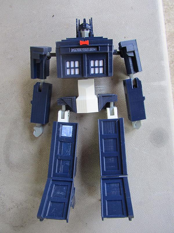 Isso é legal do dia: Tardis de brinquedo se transforma em Optimus Prime